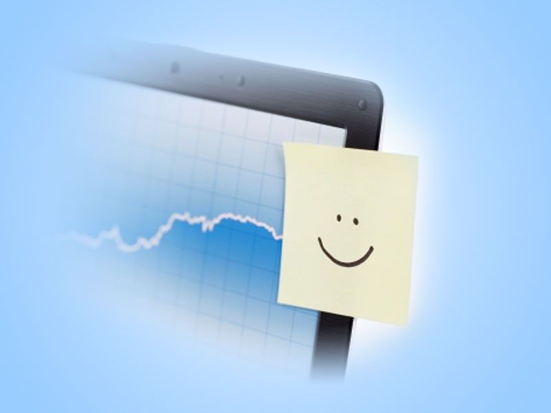 Post-it mit Smiley klebt an PC Bildschirm